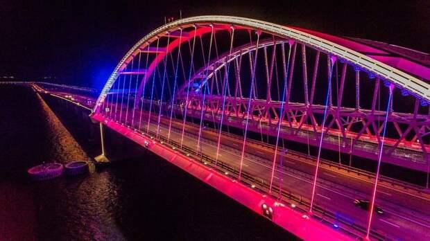 Арки Крымского моста теперь светятся цветами флага России