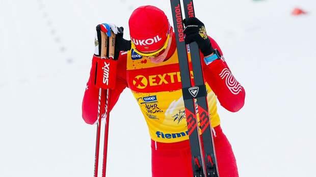 Большунов ударил финского лыжника палкой и въехал в него после финиша эстафеты на Кубке мира: видео