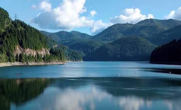 Озеро пересохло, и на дне показался давно покинутый людьми город: видео