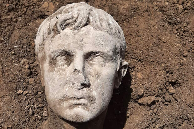 Археологи нашли мраморную голову от статуи первого императора Рима