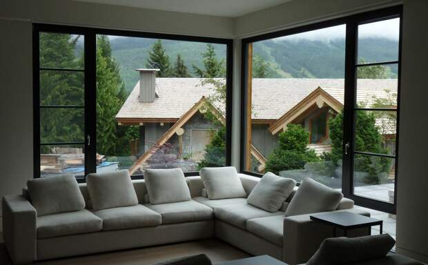 Дизайн комнаты с двумя окнами: варианты планировки (57 фото)