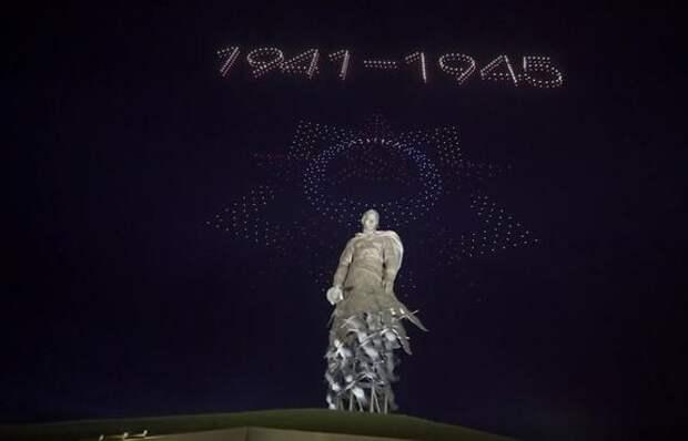 Видео: Над Ржевским мемориалом устроили световое шоу из дронов ко Дню Победы