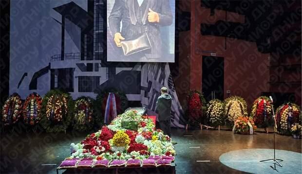 «Выхаркивайте!»: Маковецкий заговорил по-украински перед гробом Виктюка