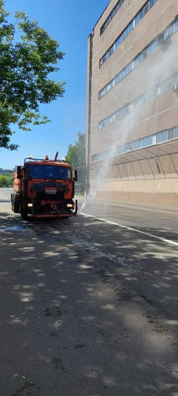 В Отрадном поливальные машины вышли на борьбу с жарой