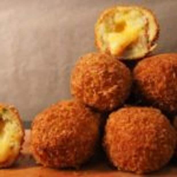 Хрустящие картофельные шарики с сыром – потрясающая закуска из картофельного пюре!
