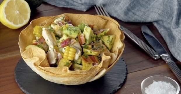 Оригинальный салат из курицы и авокадо: подаем в съедобной тарелке