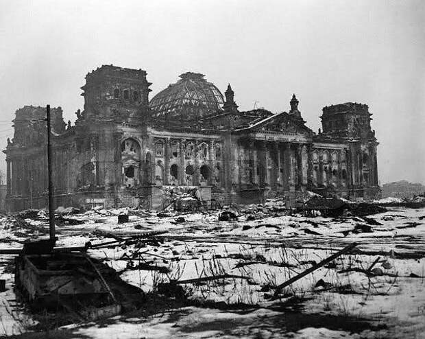 Рейхстаг и неубранная техника, 1948 год