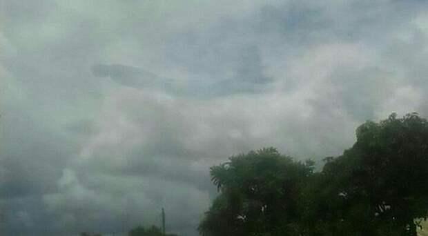 Загадочная человекообразная фигура в небе напугала жителей Замбии