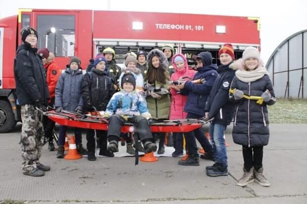 Растим кадры смолоду: пилоты и спасатели Московского авиацентра провели экскурсию на аэродроме Остафьево. Фото Департамента ГОЧСиПБ г.Москвы