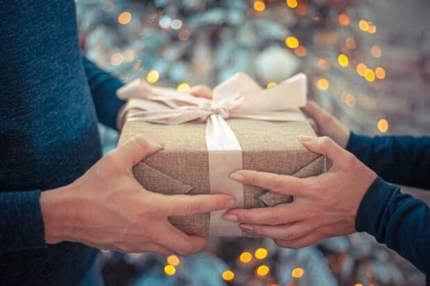 подарок в руках