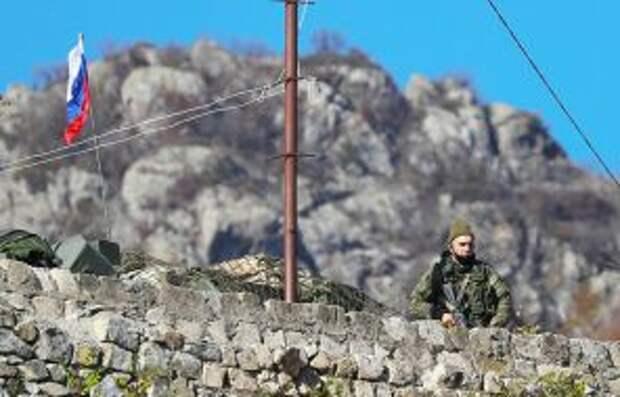 На фото: российский миротворец у армянского монастыря Дадиванка