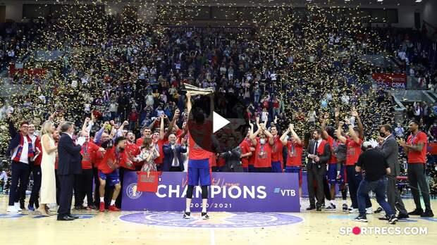 Капитан ЦСКА Никита Курбанов поднимает Кубок Белова после победы в чемпионате Единой Лиги 2020/21