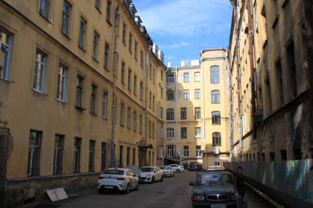 Петроградская. Проходные дворы и память о 90-х