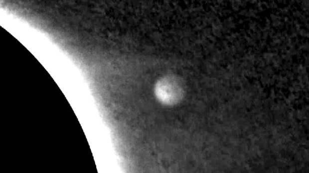 Спутник НАСА зафиксировал появление огромного НЛО вблизи Солнца