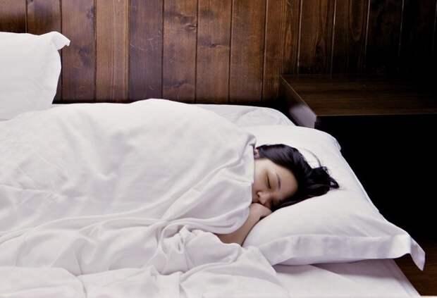 Муж требует, чтобы жена-домохозяйка вставала в пять утра и провожала его на работу.