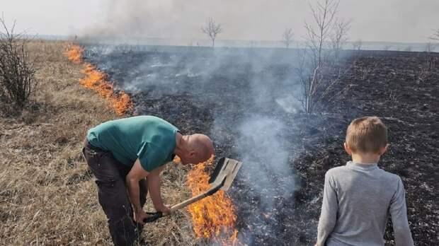 «Почему никто не остановился?»: как самарец с шестилетним сыном тушили степной пожар