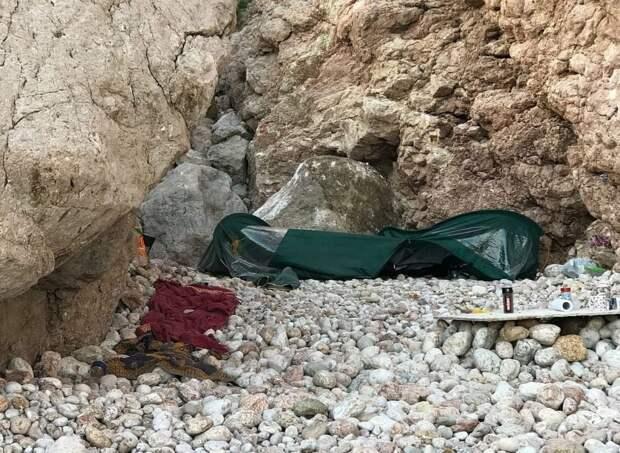 Огромный валун раздавил палатку на диком пляже в Севастополе