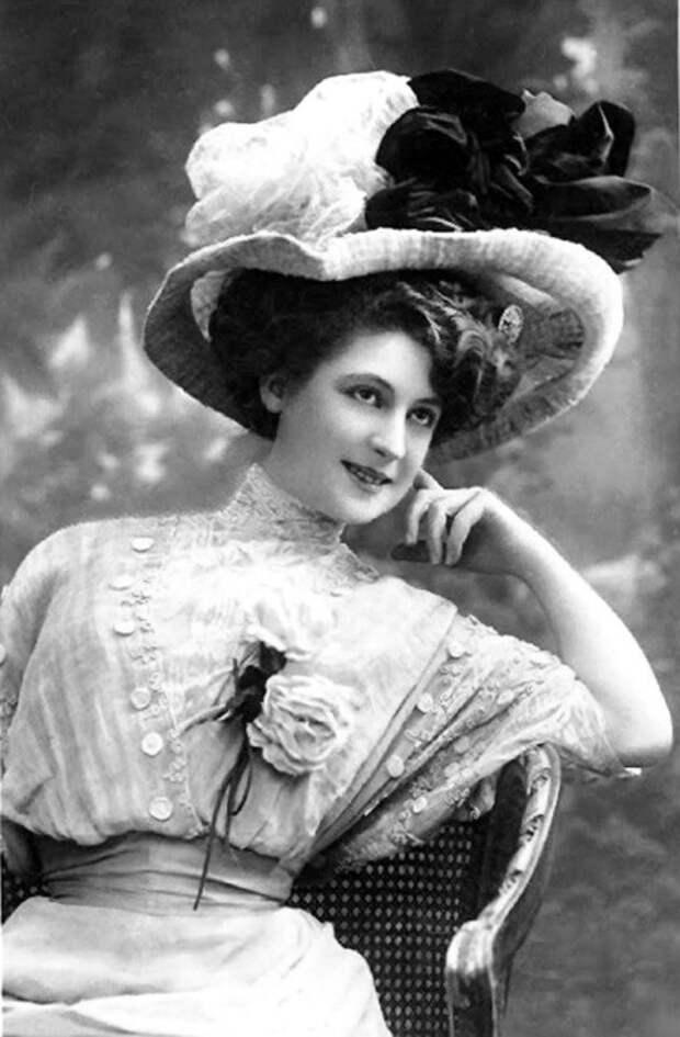 Женская летняя шляпа из соломки, украшенная шёлковыми цветами и цветными бантами