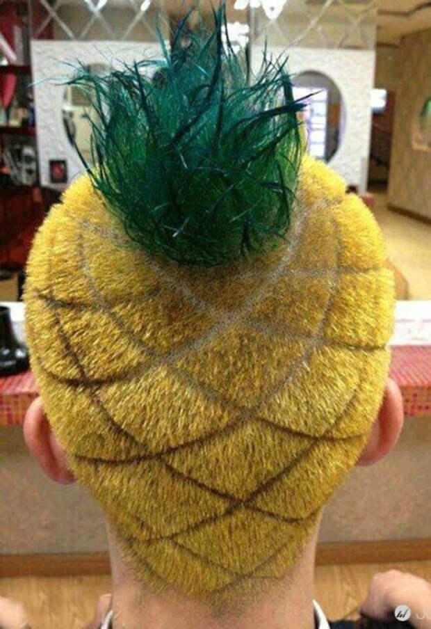Желтые коротко стриженные волосы с выбритыми чешуйками и зеленая торчащая прядь на макушке.