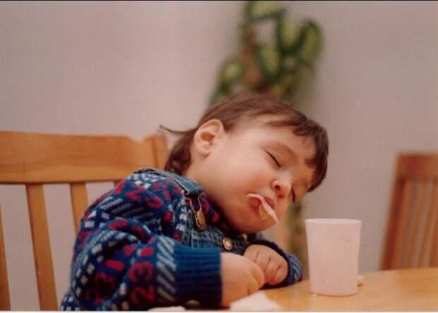 18 фото детей, которые могут уснуть где угодно и без мягкой подушки