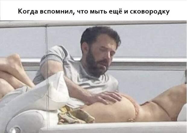 Бен Аффлек трогает попу Дженнифер Лопес
