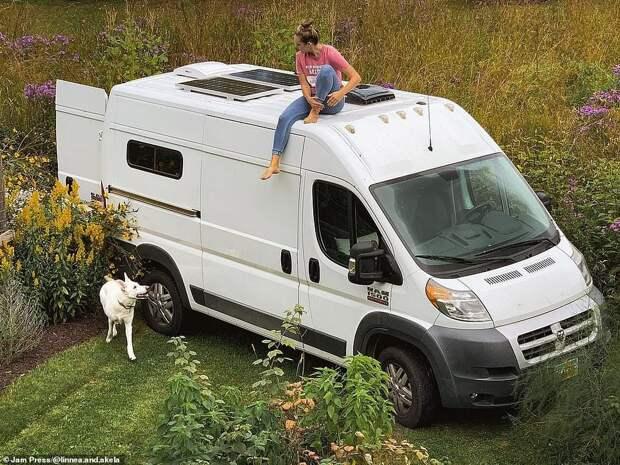 Женщина бросила работу и разорвала пятилетние отношения, чтобы жить в фургоне с собакой