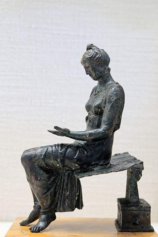 Древнеримская бронзовая статуэтка девушки за чтением. I в. н.э.