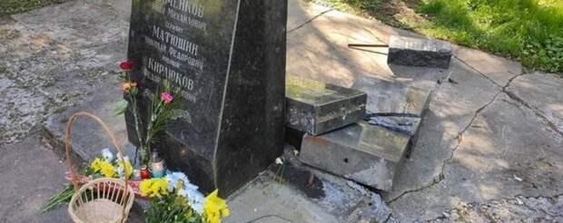 На Украине перед Днем Победы разрушили памятник советским воинам