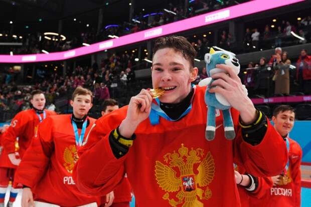 Без объяснения причин: власти США отказали во въезде хоккеисту из Приморья