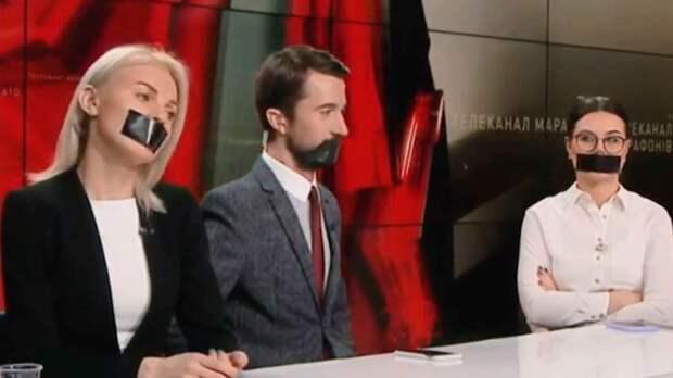 Сотрудники телеканалов, заблокированных Зеленским, вышли на протест с заклеенными ртами