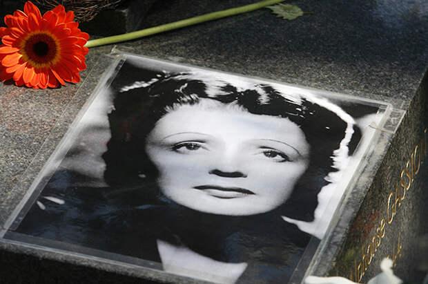 Портер Эдит Пиаф на её могиле.