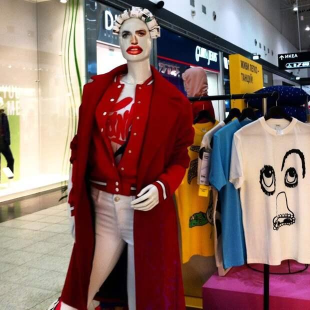 6. Подбирать и одевать манекенов для основных витрин - тоже задачи мерчендайзера витрина, креативно, мерчендайзер, оформление, с юмором