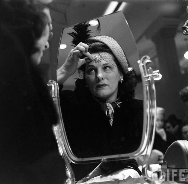 Модный тренд 1950-х: ювелирные украшения, которые приклеивали к телу