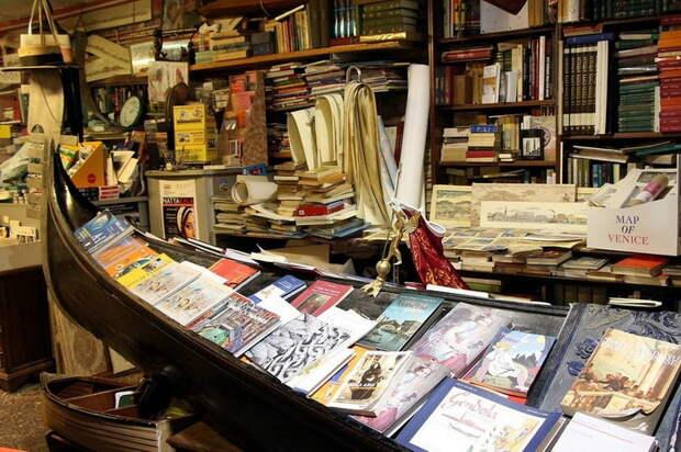 В Венеции даже книги - в гондолах: оригинальная книжная лавка
