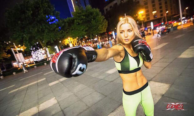 «Да, я выхожу в ринг на каблуках». Чемпионку мира по кикбоксингу злит прозвище Барби
