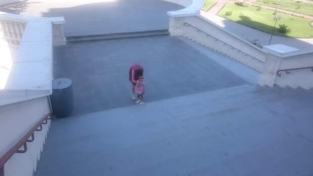 Мамочка показывает дочери как правильно креститься правосоавным