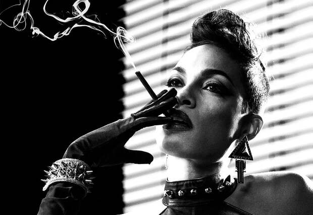 Жгучая брюнетка с Нью-Йоркского дна Розарио Доусон.
