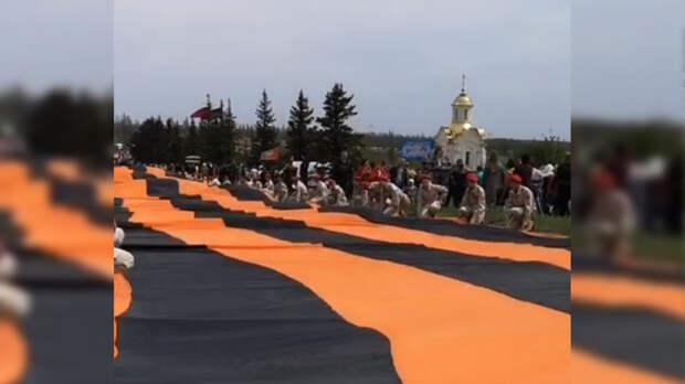 Юнармейцы развернули 300-метровую георгиевскую ленту на мемориале Саур-Могила