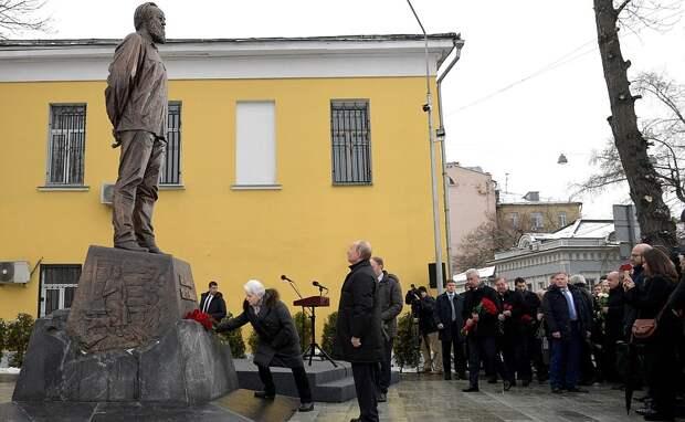 На торжественной церемонии открытия памятника Александру Солженицыну.