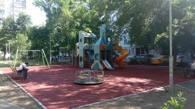 Во дворе на Енисейской благоустроили детскую площадку