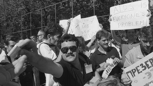 Участники Международного симпозиума по правам человека и борьбе со СПИДом во время акции по раздаче презервативов. 30 июля 1991 года