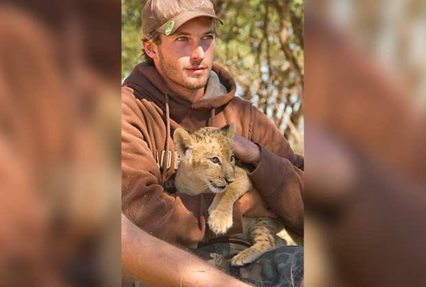 История о несчастном львенке, который обрел новую семью, и должен её потерять вновь