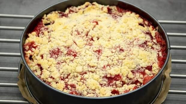 Пока сезон, пеку чуть ли не каждый день: зимой готовлю пирог с другими замороженными ягодами, а летом только с клубникой