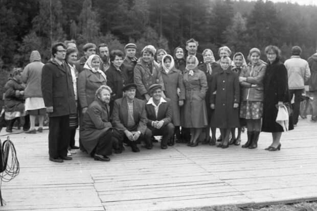 Актеры кинофильма «Любовь и голуби» и местные жители