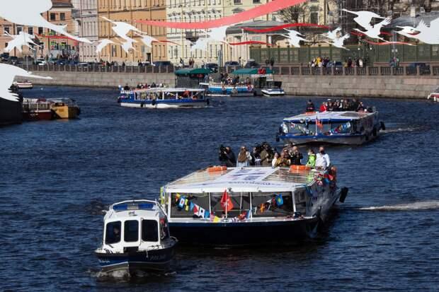 По рекам Петербурга прошли гидроциклы под флагами ВМФ и суда с ветеранами на борту. Две фотографии с акции «Бессмертная флотилия»