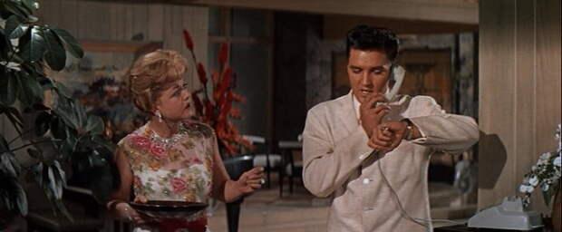 В фильме «Голубые Гавайи» 35-летняя Анджела исполняла роль матери персонажа Элвиса Пресли