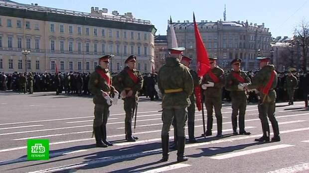 Военнослужащие и музыканты вышли на брусчатку в центре Петербурга