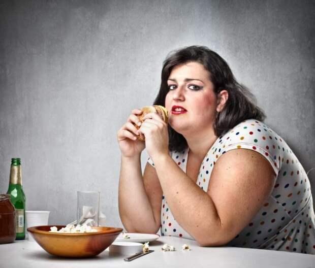 полная женщина ест