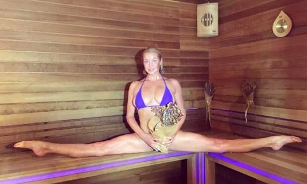 Разогретая в бане Анастасия Волочкова показала эротический шпагат и похвалила «стройные ножки»