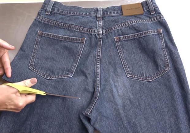 Всего 2 разреза в нужном месте, чтобы из старых джинсов сделать полезную вещь